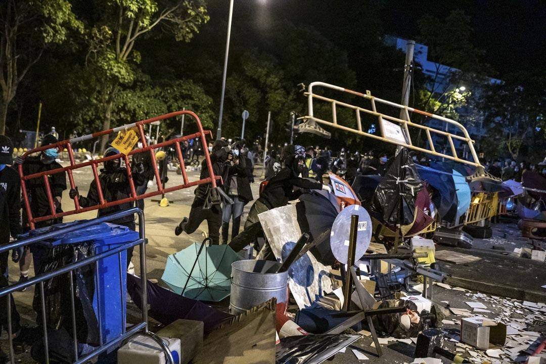 2020年1月26日,粉嶺暉明邨外,示威者正在堵路,反對政府擬徵用暉明邨作檢疫設施。