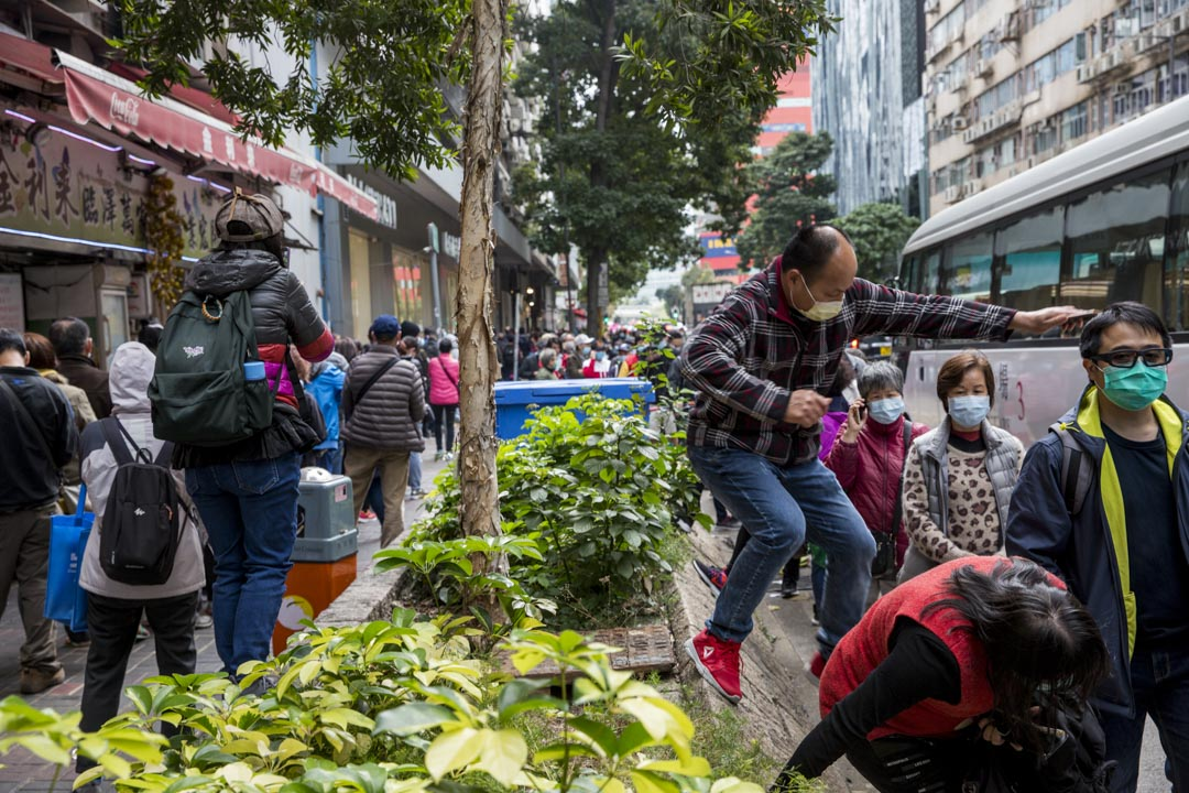 2020年2月5日,有不少市民於九龍灣排隊輪候購買口罩,人龍圍繞整個九龍灣工業區。