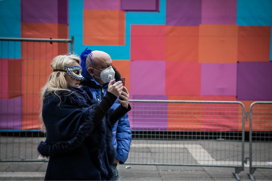 2020年2月23日,意大利威尼斯狂歡節被提前叫停,遊客頭戴口罩。 攝:Manuel Romano/Getty Images