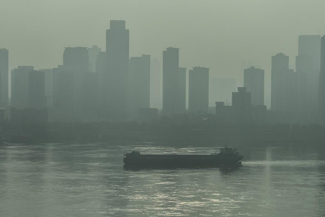 2020年1月28日,一艘船在湖北省武漢市的長江中航行。