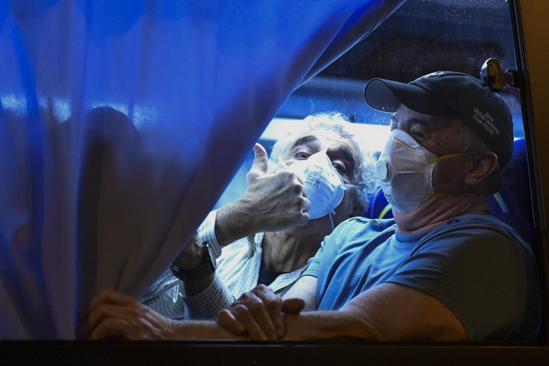 2020年2月17日,鑽石公主號上的美國乘客完成隔離後,乘車到東京國際機場上機回國。