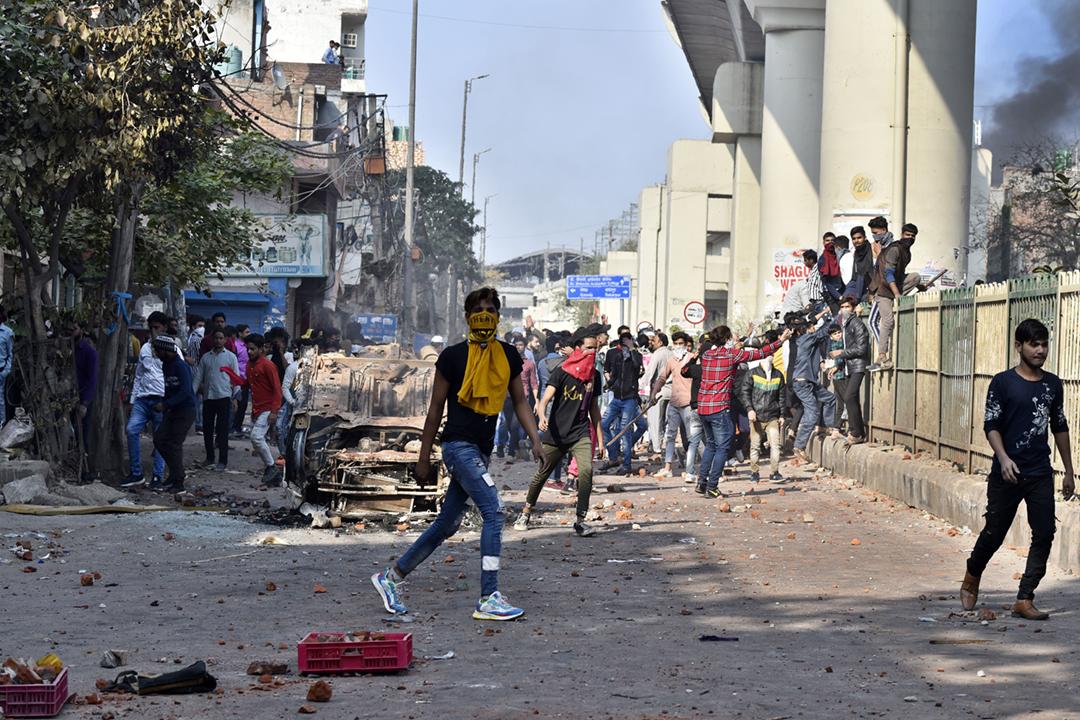 2020年2月24日在印度首都新德里,有抗議政府修訂《公民身份法》的示威者集結,並與警方爆發衝突。 攝:Sanjeev Verma / Hindustan Times