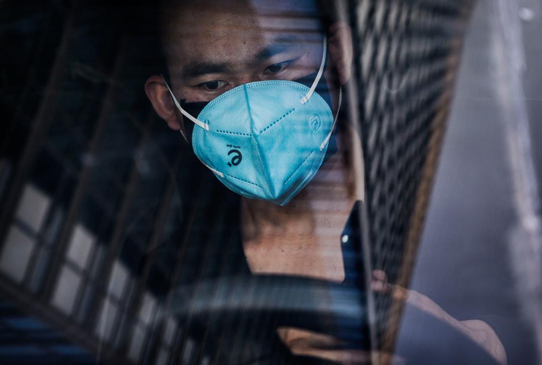2020年2月3日,北京一名市民駕車時戴著口罩。
