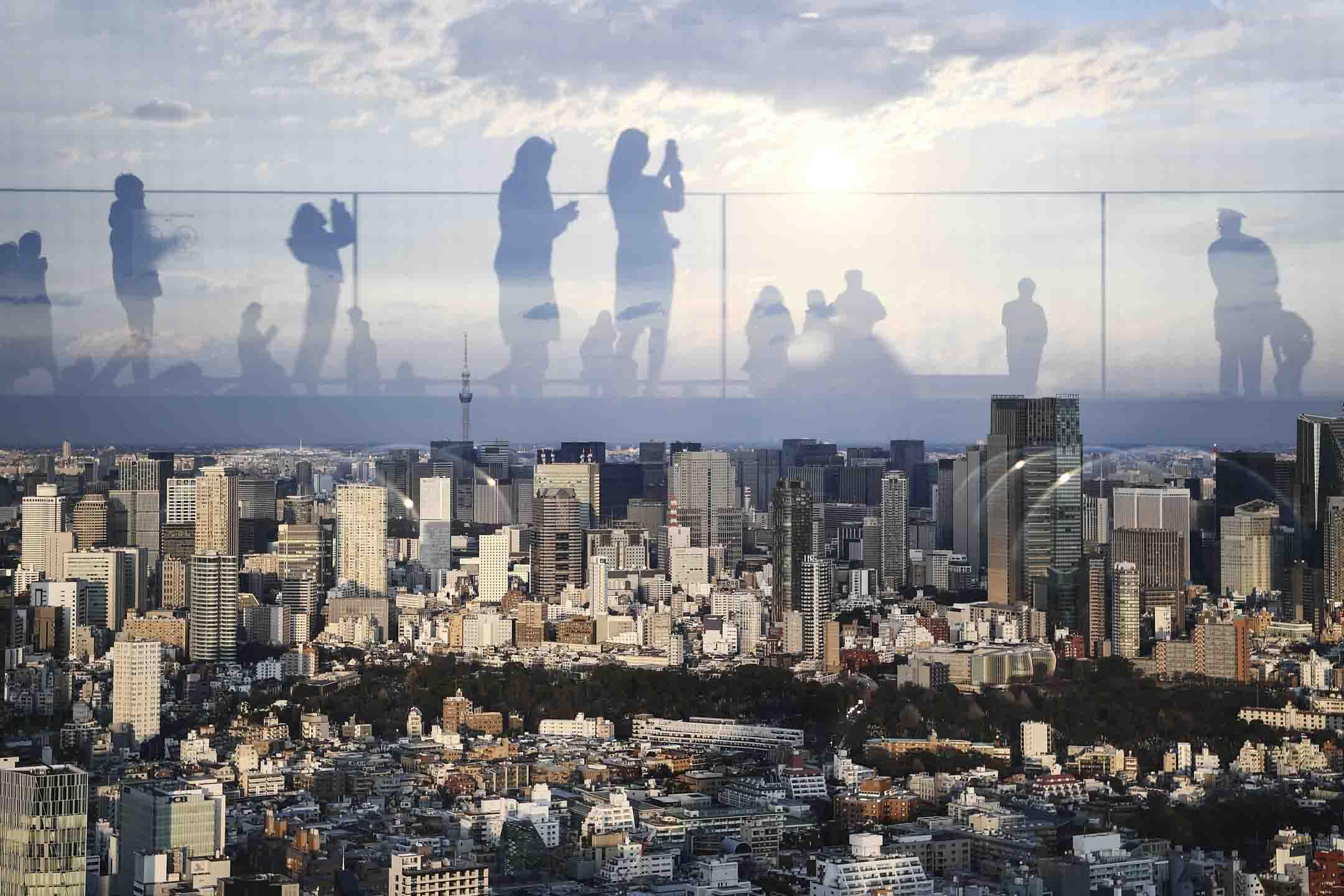 2020年2月8日,日本東京一個觀景台上的倒影。 攝:Charly Triballeau/AFP via Getty Images