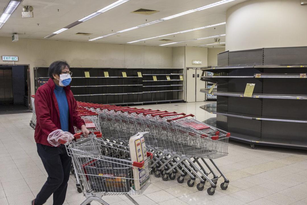 2020年2月7日在香港一間超市,貨架上的廁紙被顧客搶購一空。 攝:林振東 / 端傳媒