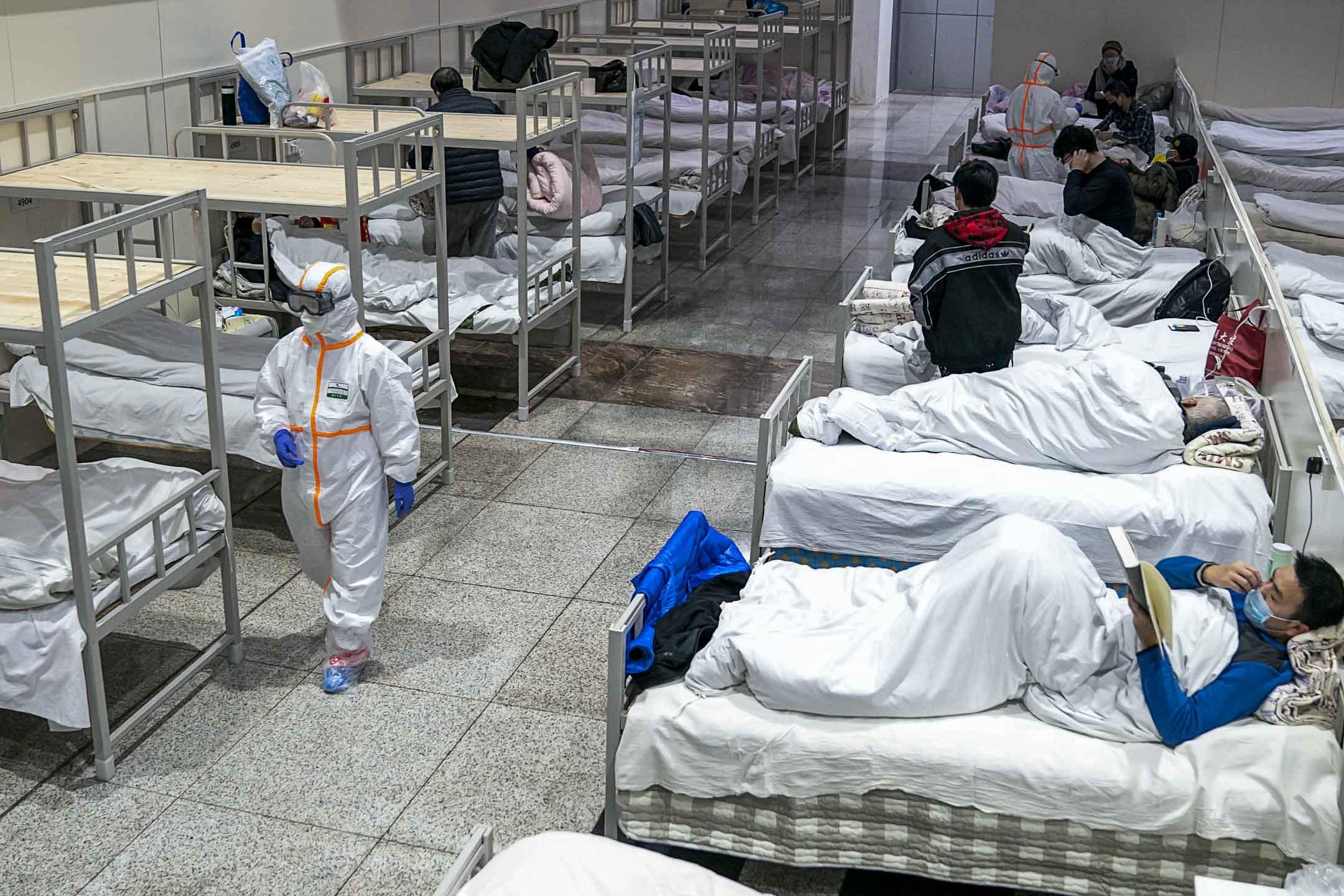 2020年2月5日,武漢市一個大型臨時醫院提供了3,000張床位,提供冠狀病毒病人作臨時治療的地方。