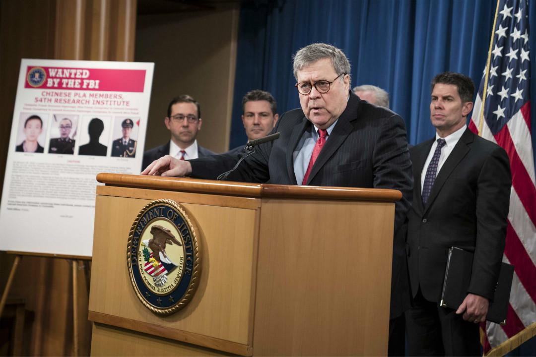 2020年2月10日,美國司法部長巴爾(William Barr)指控四名中國軍官涉嫌參與2017年黑客入侵 Equifax。 攝:Sarah Silbiger/Getty Images