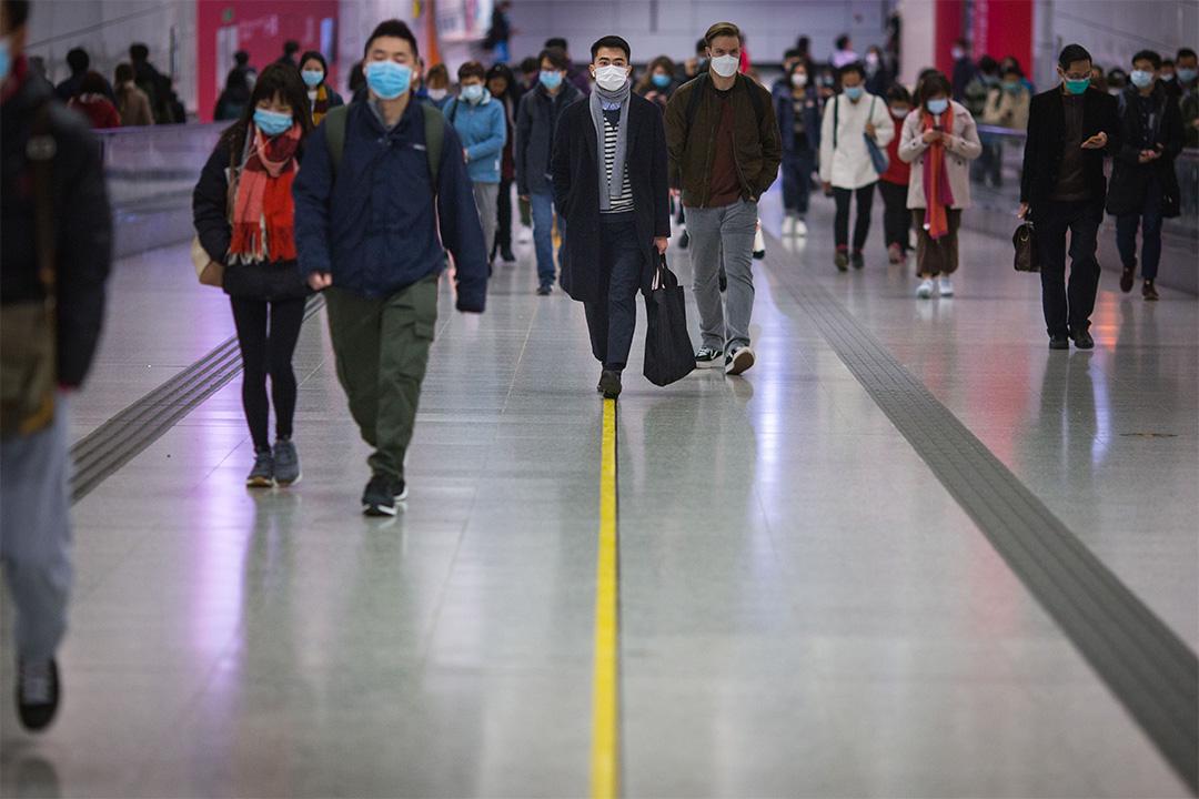 2020年1月29日中環,市民戴著口罩在地鐵站內。