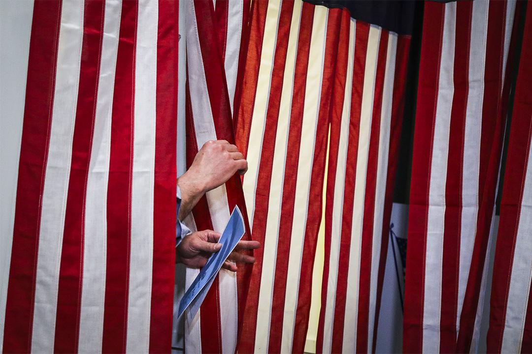 2020年2月11日美國,新罕布什爾州選民帶著選票離開了投票站。 攝:Erin Clark/The Boston Globe via Getty Images