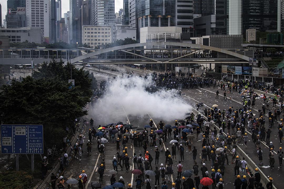 2019年6月12日香港金鐘,大批香港市民佔領金鐘立法會和政府總部附近的街道,以阻止《逃犯條例》修訂草案二讀,警察施放催淚彈及布袋彈。