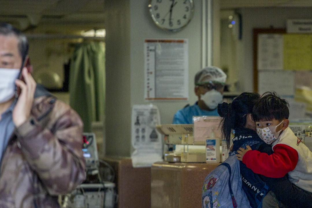 2020年2月3日,有家長帶著小孩進入瑪麗醫院急症室。