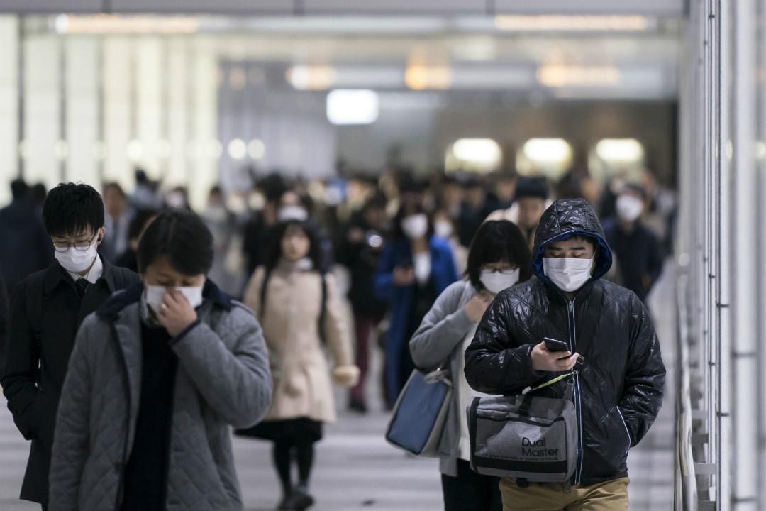 2020年2月13日,日本東京,民眾戴口罩穿過地下通道。 攝:Tomohiro Ohsumi/Getty Images