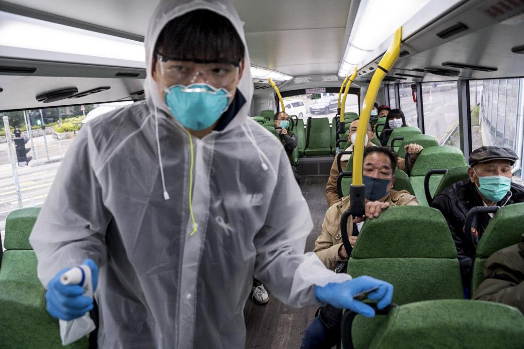 2020年2月4日,天水圍有團體發起自發檢疫站,替車上曾前往羅湖的乘客量體溫。 攝:劉子康/端傳媒