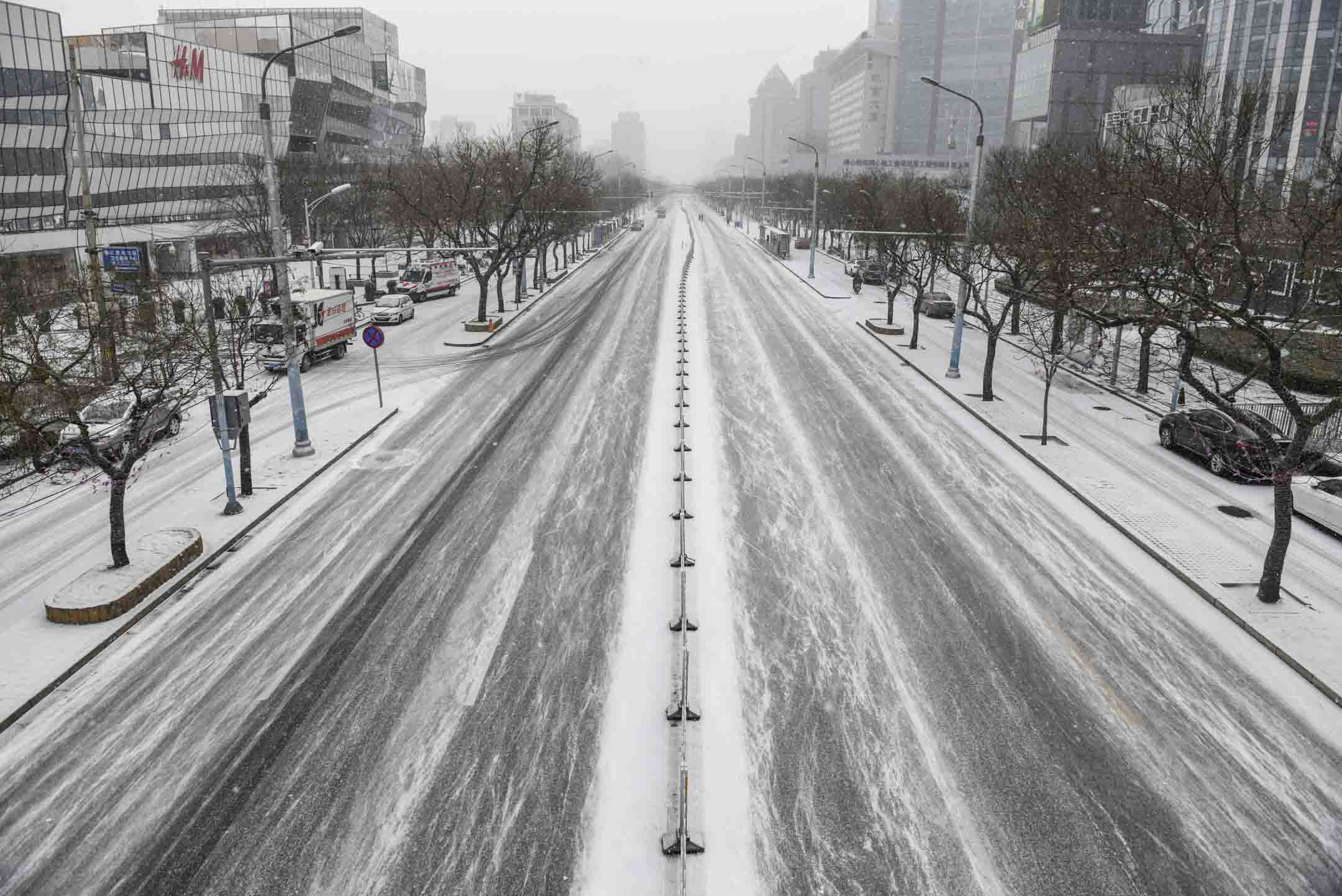 2020年2月5日,北京一條空蕩蕩的街道。因為肺炎疫情影響,中國不少公司與工廠都停工,商戶停業,大量市民也不敢上街消費,多方面都對經濟造成嚴重影響。