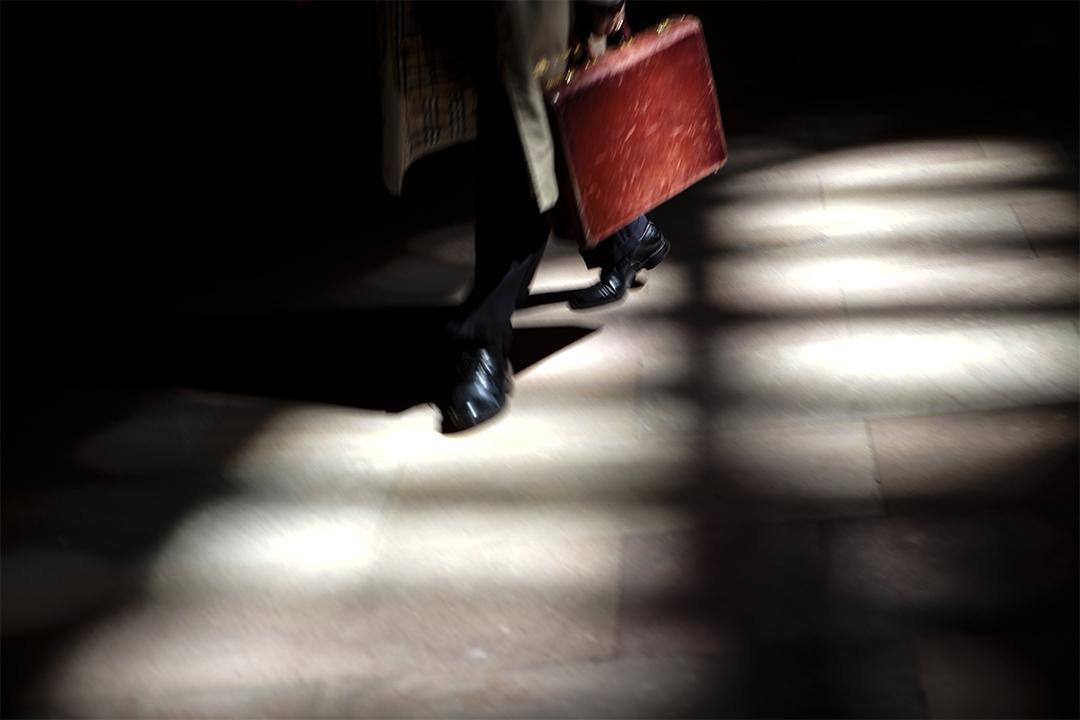 2009年4月9日,商人在曼哈頓的中央車站地板上走過。