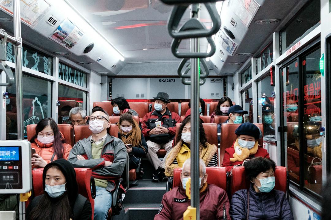 2020年2月4日,台北大巴上乘客佩戴口罩。 攝:Jose Lopes Amaral/Getty Images