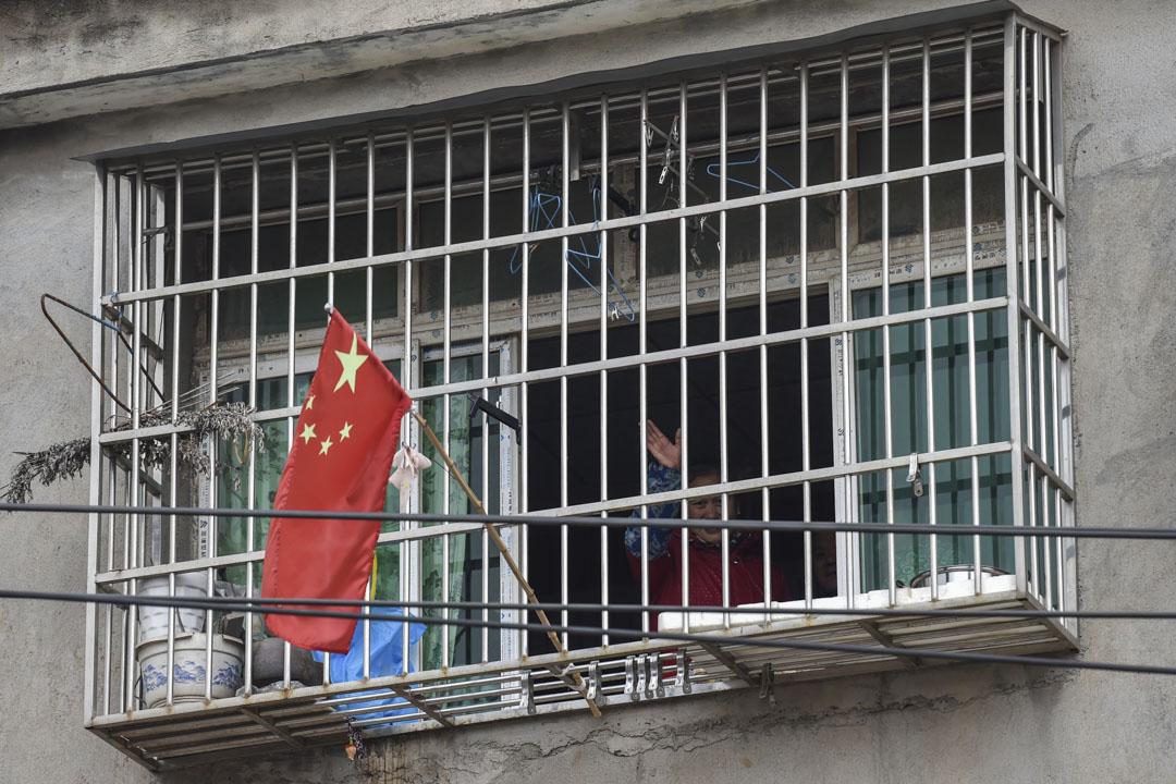 2020年1月27日,封城中的武漢,一個家庭從家中向窗外望。