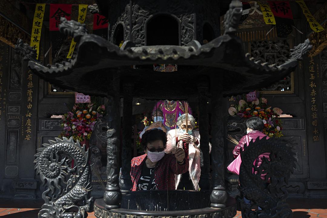 2020年2月26日,台北圓山的一間宮廟內信眾在參拜。
