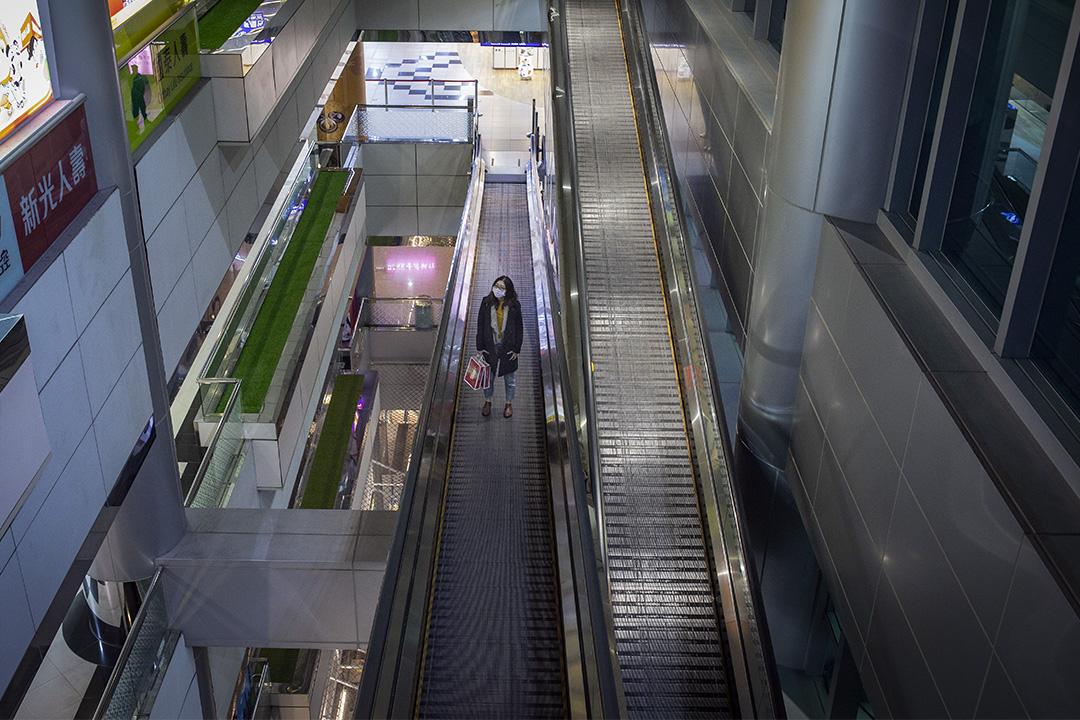 2020年2月19日,遊人在桃園國際機場的電梯上。 攝:陳焯煇/端傳媒