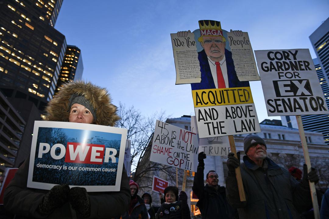 2020年2月5日在美國科羅拉多州首府丹佛,有民眾抗議由共和黨控制的參議院裁定總統特朗普無罪。 攝:Helen H. Richardson / MediaNews Group / The Denver Post via Getty Images