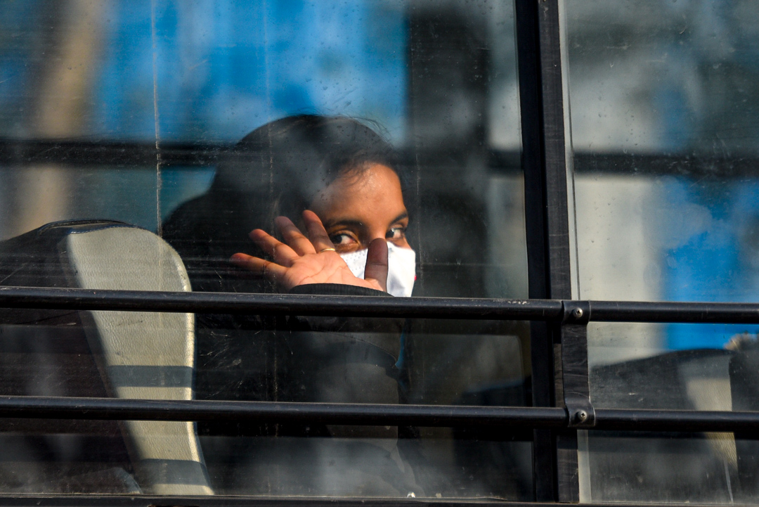 2020年2月1日,印度英迪拉·甘地國際機場,一名剛從武漢撤離的女孩被送往隔離營。 攝:Amal KS/Hindustan Times via Getty Images