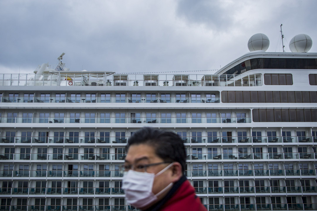 2020年2月5日,郵輪「世界夢號」的乘客及船員禁止上岸,一名乘客的朋友在岸上遠望。
