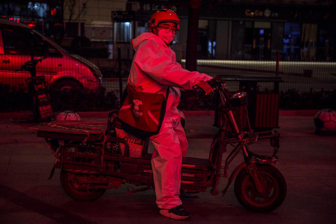 2020年2月1日,武漢一名速遞員在外工作時戴著口罩。