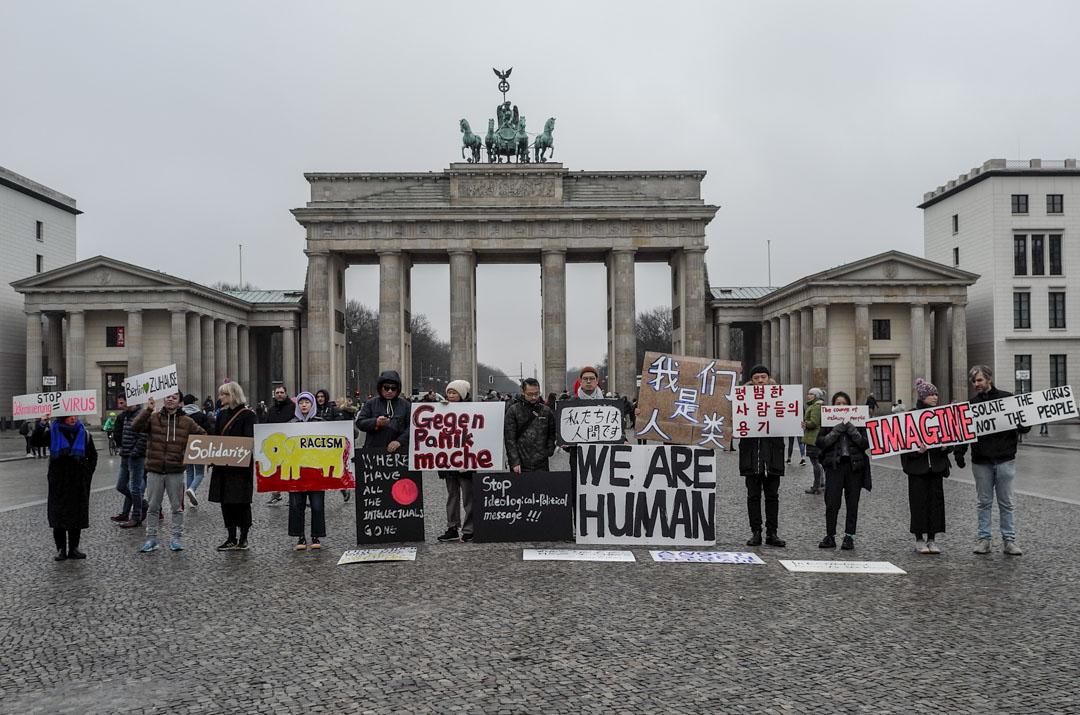 五位組織者帶着標語到布蘭登堡門前,針對目前在歐洲及世界各地湧現的歧視行為作出抗議。