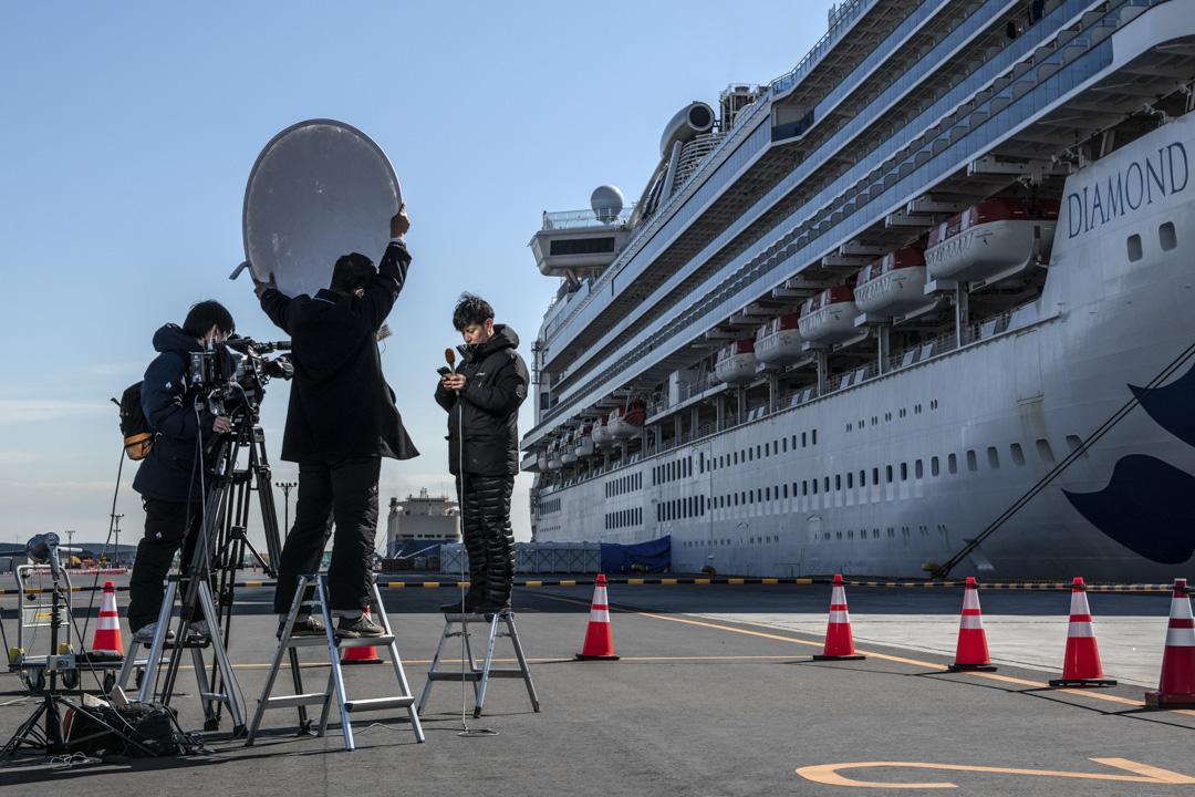 2020年2月10日,日本的電視台新聞報導員正在鑽石公主號前拍攝。