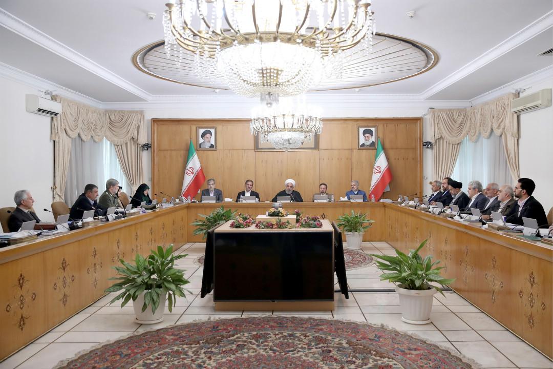 2020年2月26日,伊朗內閣會議,副總統埃卜特卡爾(Masoumeh Ebtekar,圖中左)27日確診感染新冠病毒。圖正中為總統魯哈尼。 攝:Getty Images