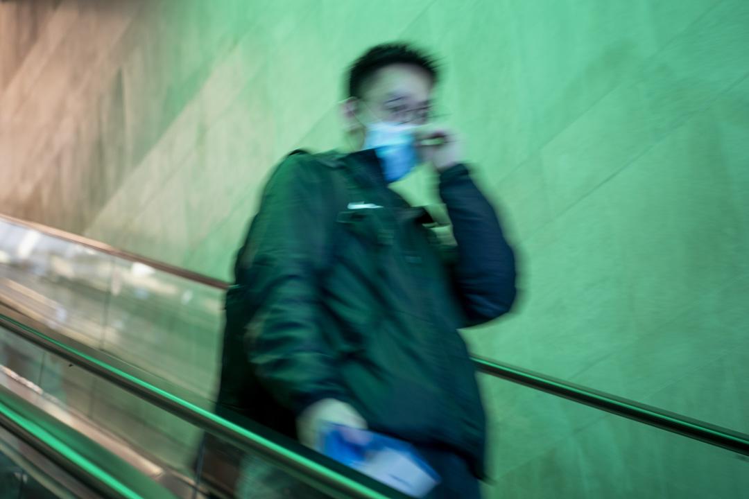 2020年2月24日,在香港戴上口罩的人。