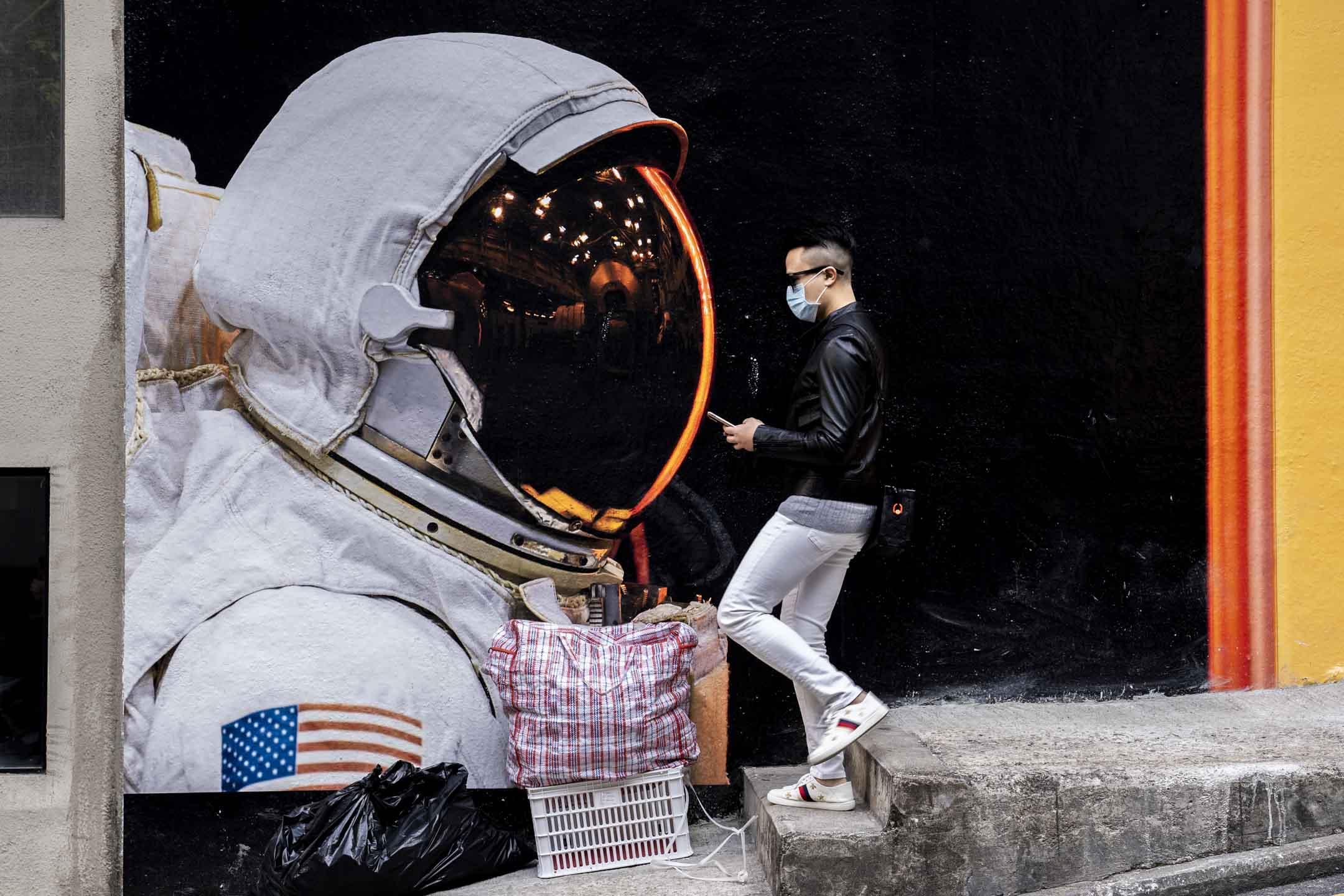 2020年2月22日,上環一名戴上口罩的男士。 攝:林振東/端傳媒