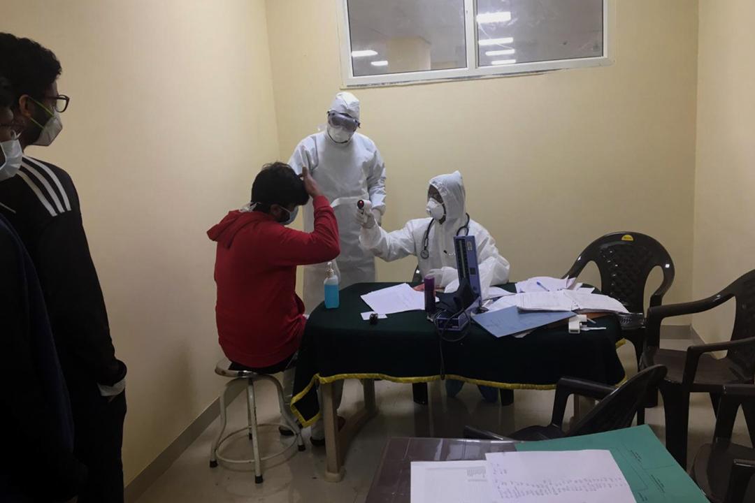 2020年2月2日,印度的醫護人員從武漢回國的印度人量體溫。