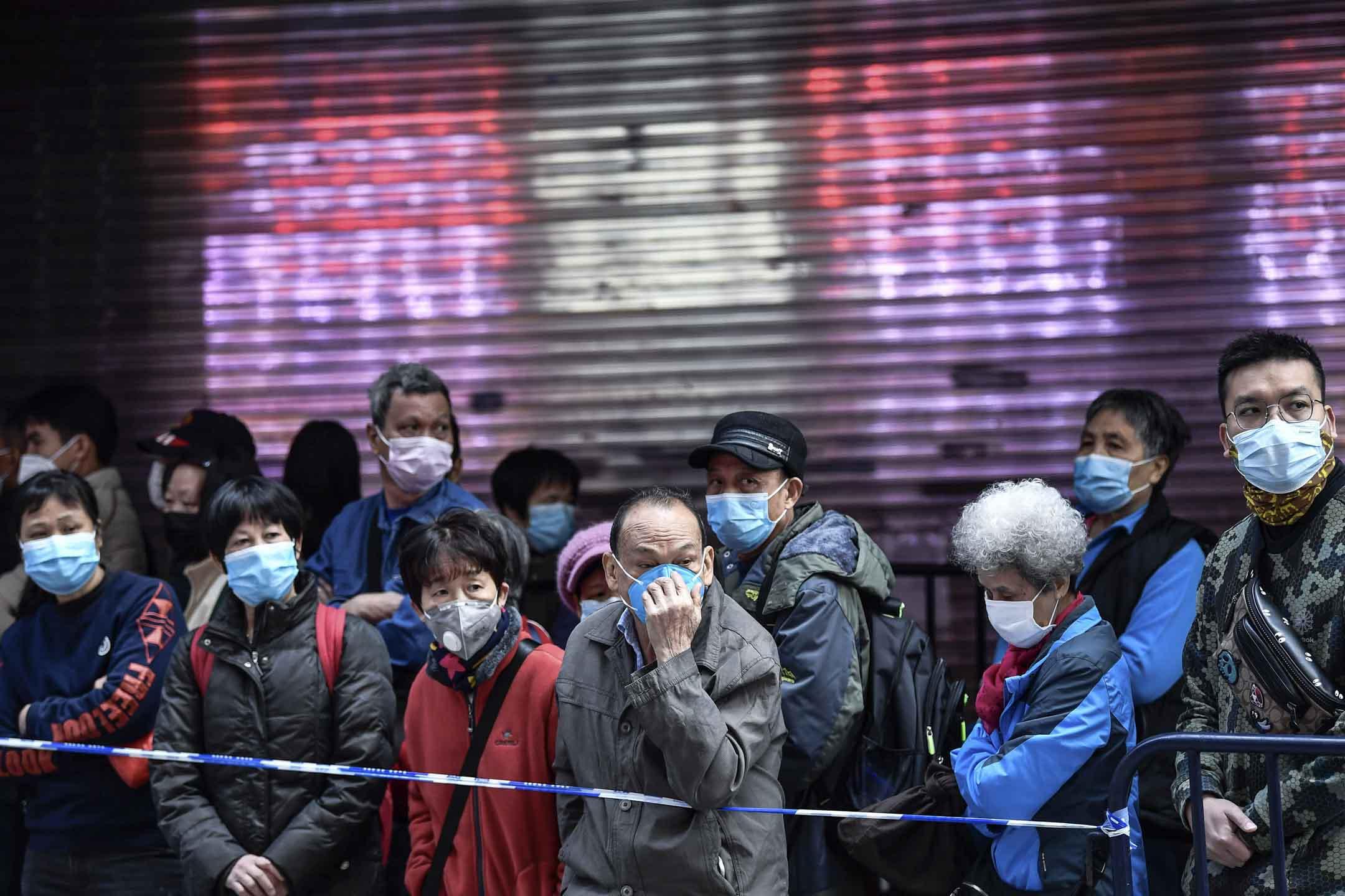 2020年2月1日,廣州,市民在商店外排隊買口罩。