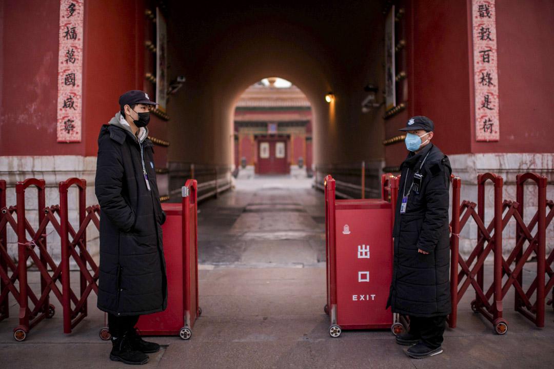 2020年1月25日,北京紫禁城的出口有戴著防護口罩保安人員。