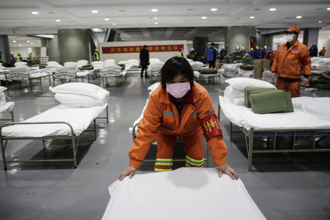 2020年2月4日,一位工人在武漢國際會議展覽中心臨時病房作準備。