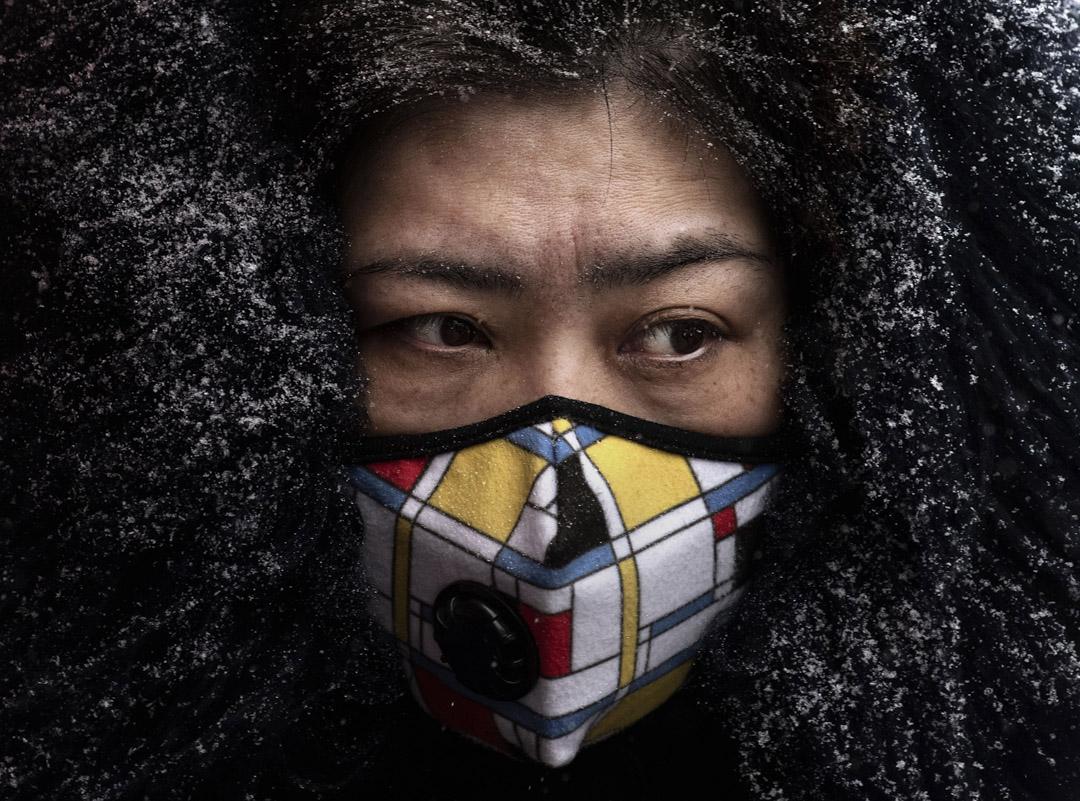 2020年2月6日,北京一名婦女戴著防護口罩。