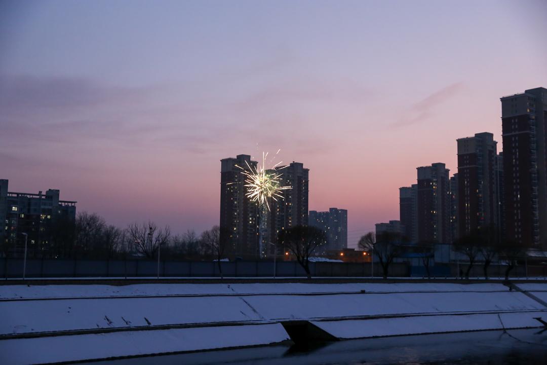 2020年2月8日,北京通惠河畔煙花燃放,這一天是元宵節,原本應是團圓的日子。
