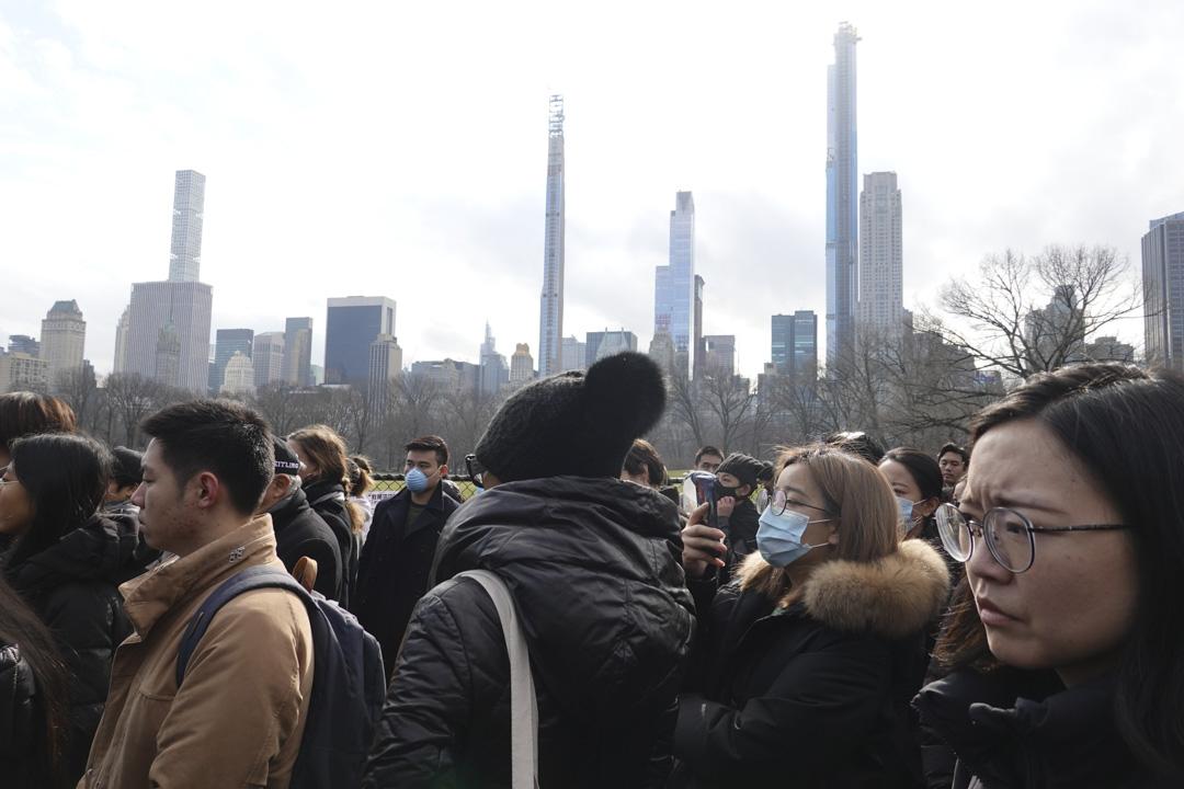 2020年2月9日,數百名在美華人在紐約中央公園悼念去世的武漢眼科醫生李文亮。