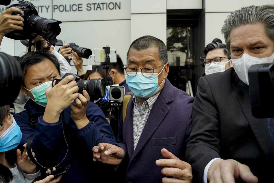 2020年2月28日,黎智英獲保釋走出九龍城警署。 攝:林振東/端傳媒