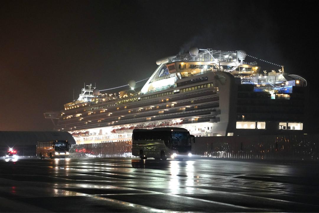 2020年2月17日凌晨,日本橫濱港鑽石公主號郵輪,有巴士接載據信為美國乘客從郵輪駛離。