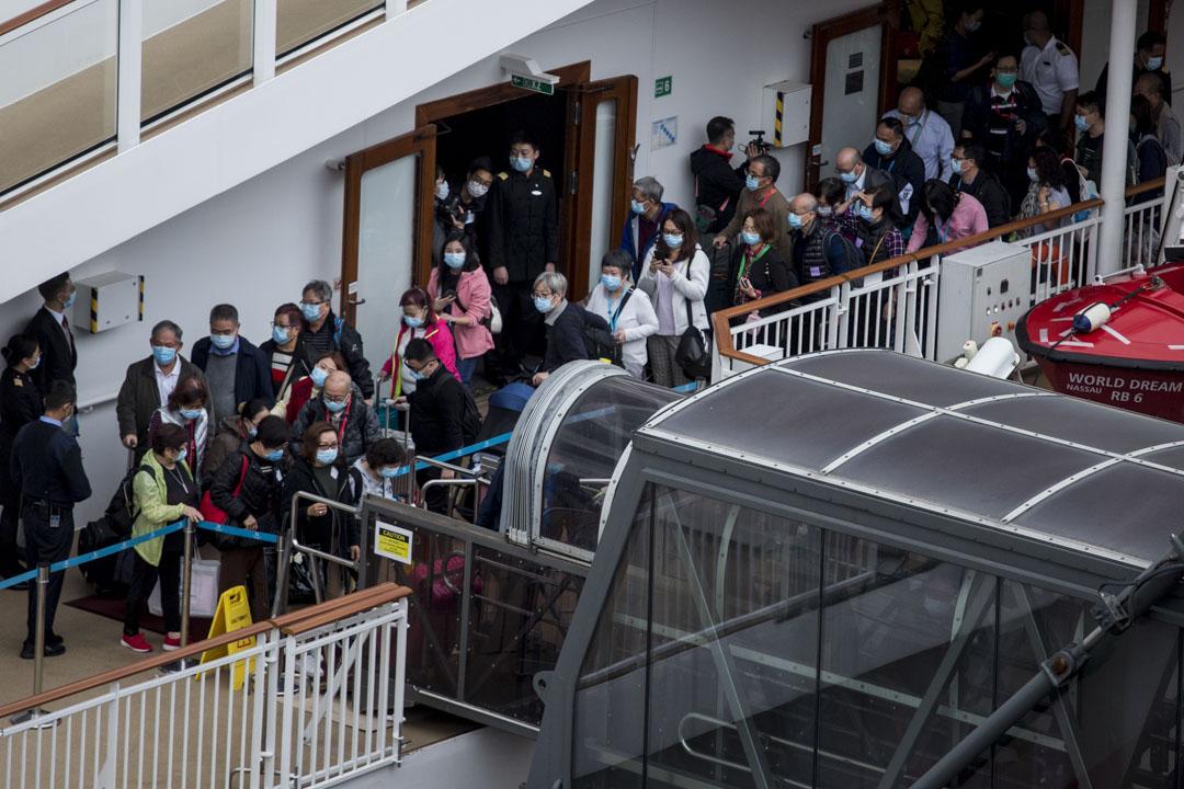 2020年2月9日,「世界夢號」郵輪的乘客下午約5時半陸續下船。