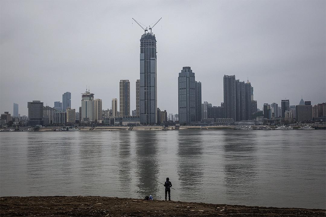 2020年2月11日中國武漢市,居民在長江旁釣魚。