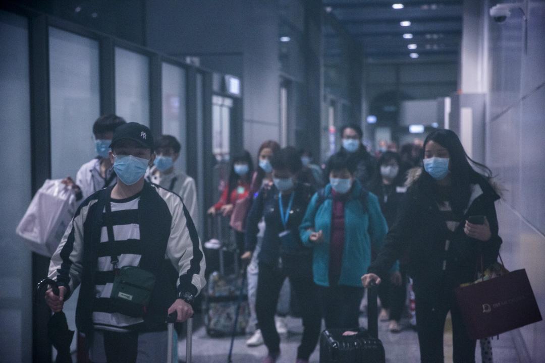 2020年2月9日,「世界夢號」郵輪的乘客傍晚陸續離船。