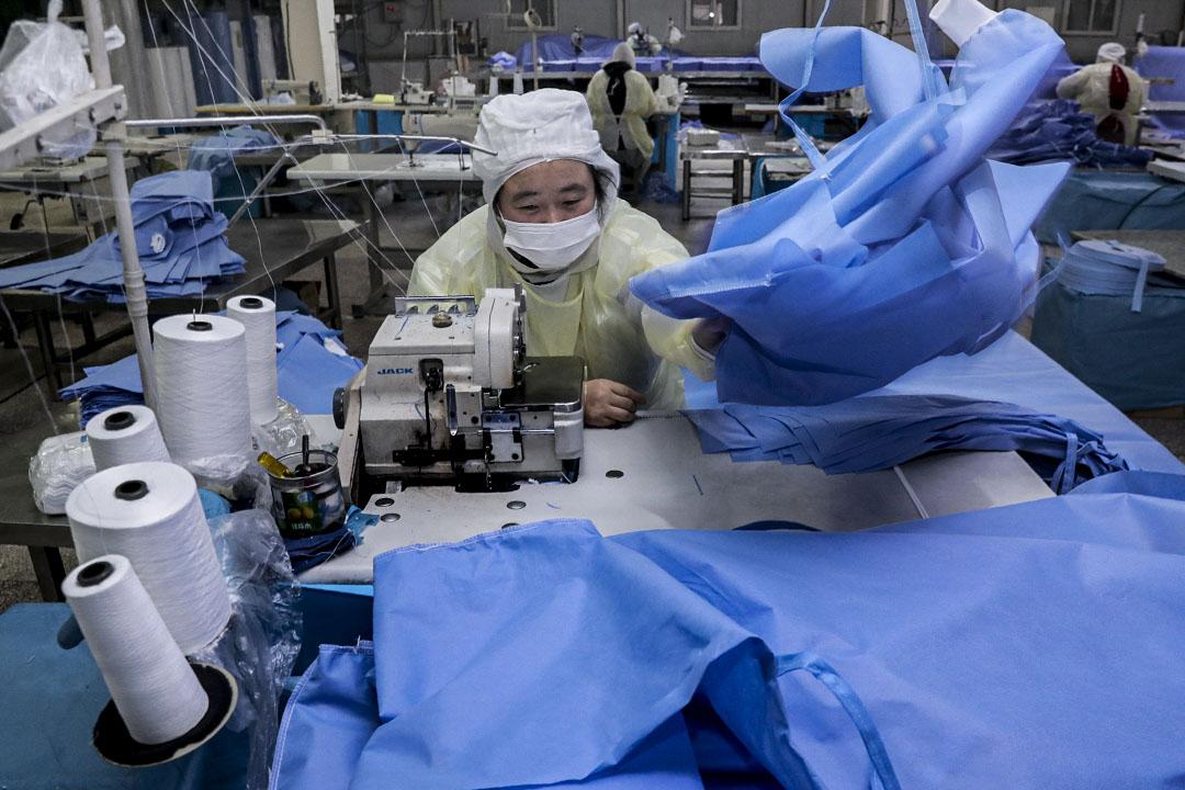 2020年1月27日,江蘇省南通市一名工人正在製作醫療用的保護衣,以應付中國當前的醫療需求。