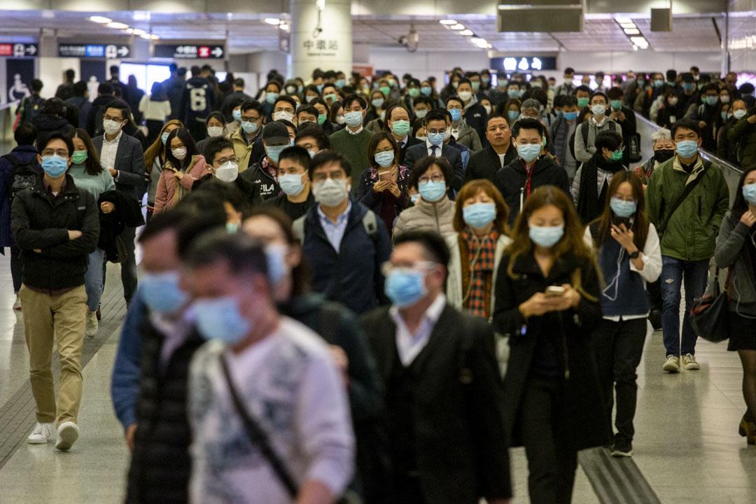 2020年2月10日,中環香港站下班人士戴上口罩。