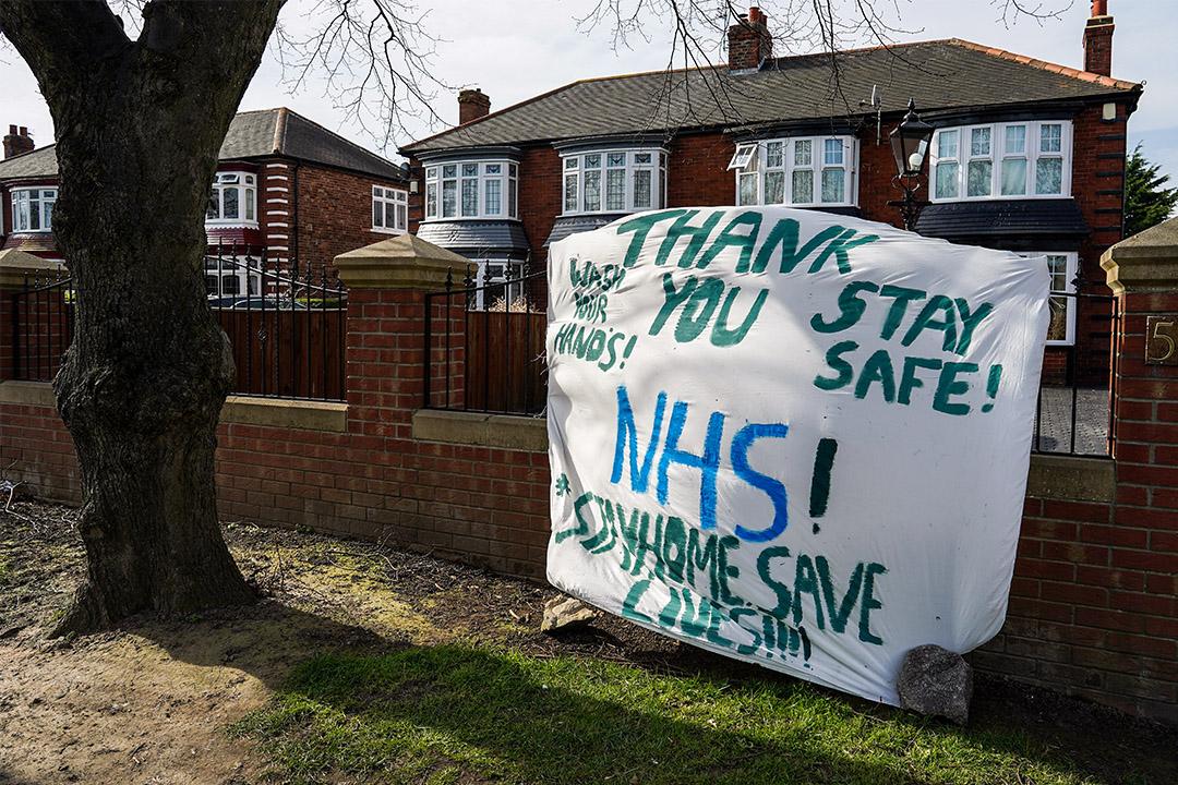 2020年3月24日英國米德爾斯伯勒,在2019冠狀病毒流行之時,支持NHS醫護人員的橫幅掛在詹姆斯庫克大學醫院外。