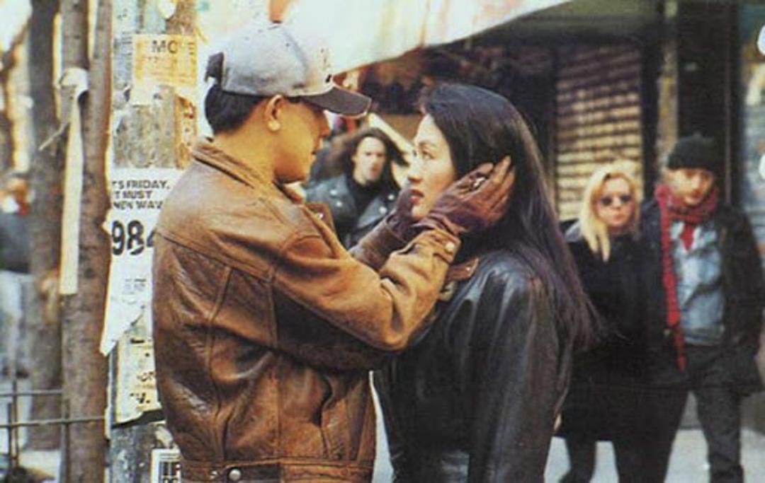 電視劇《北京人在紐約》劇照,主演姜文和王姬。這部劇的主題曲《千萬次的問》廣為流傳,歌詞「問自己是否離的開你,我今生看來註定要獨行,熱情已被你耗盡,我已經變的不再是我,可是你卻依然是你,」被歌迷指為當下中美關係的寫照。
