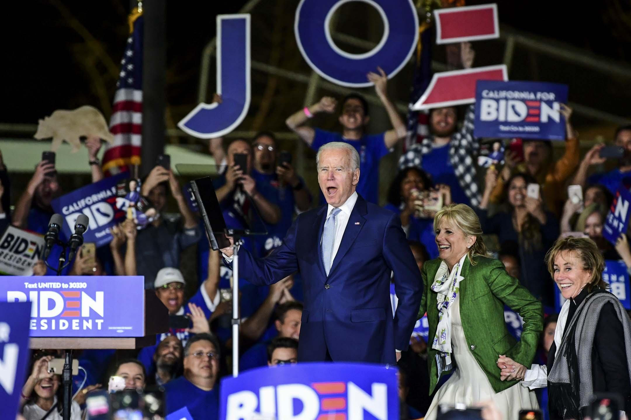 2020年3月3日,民主黨總統參選人拜登與家人一起登上在洛杉磯舉行的選舉集會舞台。