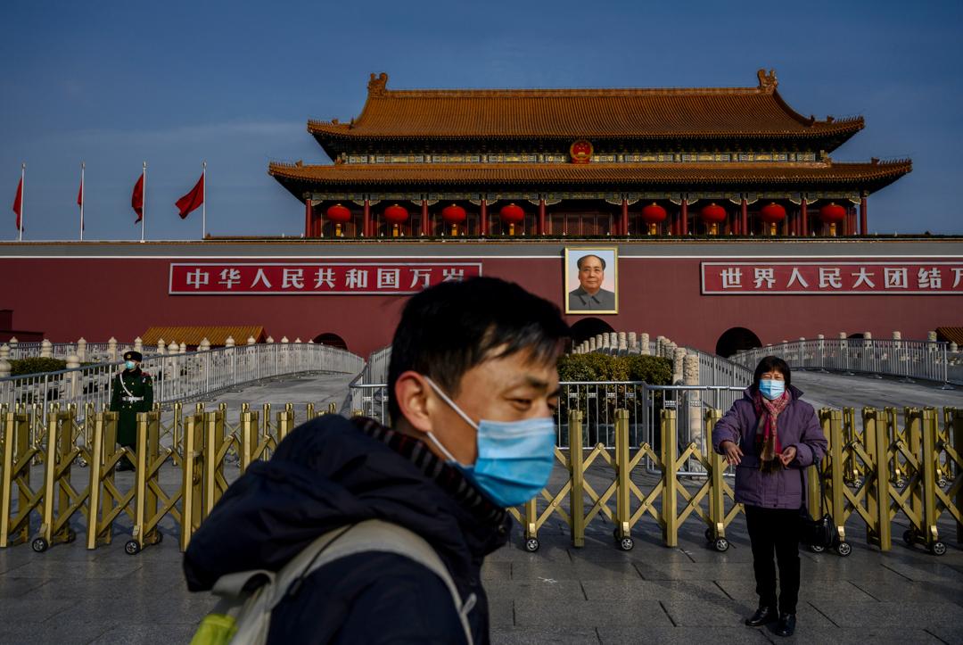 2020年1月24日,北京天安門廣場上的人戴著口罩。